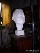 Gyerek feje, gipsz szobor, 38 cm magas.