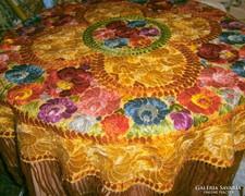 Matyó antik selyem hímzésű terítő 90 cm + rojt (23 cm)