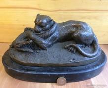 Oroszlán krokodillal küzd bronz szobor