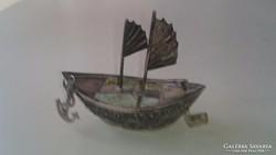 Ezüst dzsunka, hajó, sárkány diszítéssel