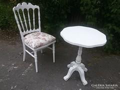 Csinos szék, kis asztal.