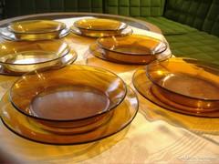 Lapos és mély tányérok: borostyán színű jénai. Duralex