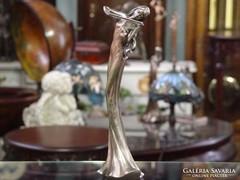 Hegedülő nő szobor