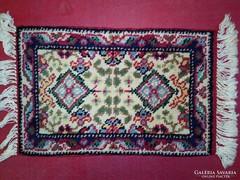 Kis méretű perzsa szőnyeg eladó. Méret: 55x35 cm.