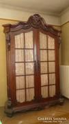 Hatalmas, régi szekrény