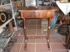 Antik diófa varró asztal