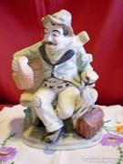 Jelzett porcelán: padon ülő részeges férfi 20 cm magas