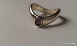 Modern ezüst gyűrű:ametiszt kővel