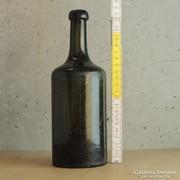 Nagyméretű, sötétzöld, hengeres üvegpalack