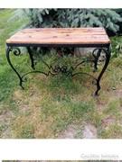 Kovácsoltvas asztal 92 x 57 x 52 cm.