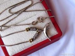 Míves díszítésű ezüst lánc delfinnel