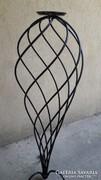 Kovácsolt vas egy cserepes virágtartó, spirál alakú