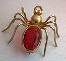 Régi aranyozott pók bross kitűző nagy piros kővel