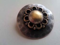 Jelzett ipparművészeti ezüstözött bronz bross kitűző