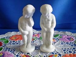 2 db különböző pisilős porcelán puttó, kisfiú figura