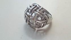Ezüst gyűrű érdekes fonott díszítéssel.