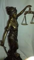 Justitia bronz szobor márvány talpon