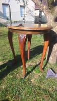 Szép díszes lábú ovális masszív fa asztal tetején furnér hibával
