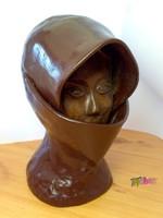 Arcát eltakaró nő. Terrakotta szobor