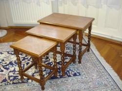 3 db egymásba tolható tömör tölgyfa szervíz-asztal