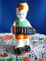 Jelzett harmonikás kerámia kisfiú, fiú harmonikával